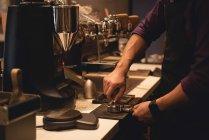 Section médiane du garçon de préparation du café au café-restaurant — Photo de stock