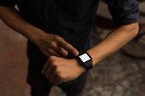 Close-up do empresário usando smartwatch no café — Fotografia de Stock
