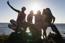 Groupe d'amis prenant selfie avec téléphone mobile à la plage — Photo de stock