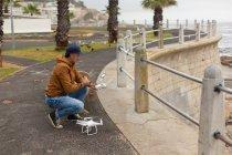Людина, що діють літаючих drone поблизу тротуару — стокове фото