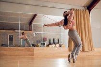 Танцовщица танцует в танцевальной студии — стоковое фото