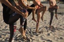 Weibliche Volleyballer trainieren zusammen am Strand — Stockfoto