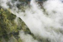 Aereo di nuvole aleggiano sopra Na Pali Coast State Park — Foto stock