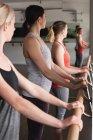 Група жінок постійна проведення на Барр в тренажерному залі — стокове фото