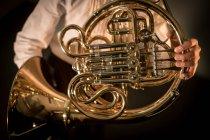 Mittelteil der Schülerin spielt Waldhorn in der Musikschule — Stockfoto