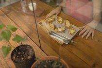 Хліб з сир служили на дерев'яну шахівницю в кафе — стокове фото