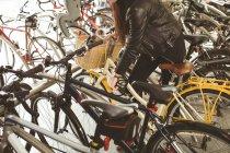 Жінка паркування свій велосипед на велосипеді стояти — стокове фото