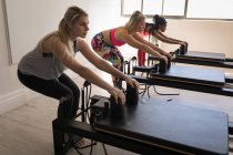 Група жінок вправи на розтягування машини в фітнес-студія — стокове фото