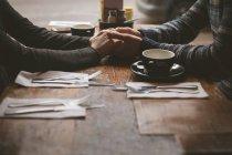 De mãos dadas par romântico no café — Fotografia de Stock