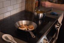 Femme, préparer un repas dans la cuisine à la maison — Photo de stock
