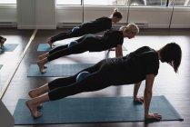 Gruppo di donne che si esercitano sul tappetino — Foto stock