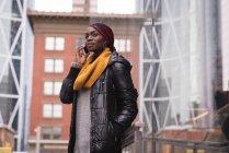 Donna che parla al cellulare in città — Foto stock