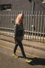 Молода жінка, ходьба по дорозі в денний час — стокове фото