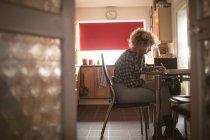 Junge Frau auf einem Notizblock zu Hause schreiben — Stockfoto