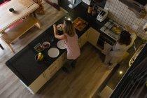 Casal de lésbicas preparando café da manhã na cozinha em casa — Fotografia de Stock
