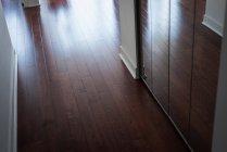 Интерьер современного деревянного пола — стоковое фото