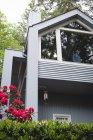 Uomo premuroso in piedi vicino alla finestra a casa — Foto stock