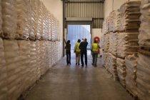 Personnel interagissent entre eux dans l'entrepôt — Photo de stock