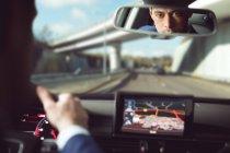 Réflexion de l'homme d'affaires conduisant une voiture — Photo de stock