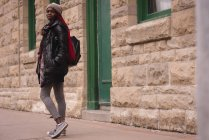 Donna che cammina su un marciapiede in strada — Foto stock
