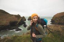 Schöner unbeschwerter Wanderer, der in der Nähe der Meeresküste steht — Stockfoto