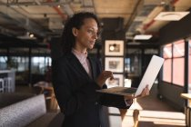 Geschäftsfrau steht und benutzt Laptop im Büro — Stockfoto