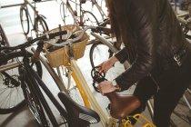 Metà sezione di donna parcheggiare la bicicletta — Foto stock