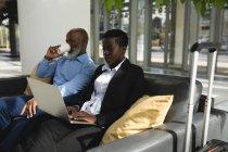 Deux hommes d'affaires ayant café et travaillant au bureau — Photo de stock