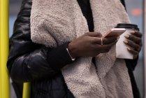 Frau benutzt Handy in U-Bahn — Stockfoto