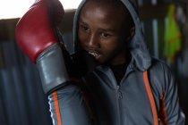 Молодой боксер занимается боксом в фитнес-студии — стоковое фото