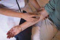 Закри слідчим старшим фізіотерапевта жінка з стетоскоп — стокове фото