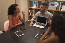 Керівників бізнесу, обговорюючи над ноутбук в офісі — стокове фото
