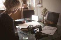 Женщина-блоггер рисует скетч дома — стоковое фото