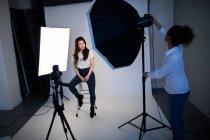 Modelo feminino posando para uma sessão de fotos no estúdio de fotos — Fotografia de Stock