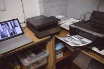 Laptop com scanner de fotos e impressora em estúdio de fotos — Fotografia de Stock