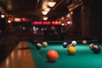 Снукерные мячи на бильярдном столе в клубе — стоковое фото
