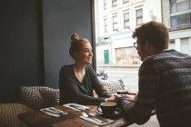 Tenue de couple romantique les mains dans le café — Photo de stock