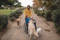 Schöne Enkelin Einnahme Großmutter heraus für einen Spaziergang — Stockfoto