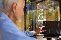 Senior-Fahrer bedient Maschine im Bus — Stockfoto