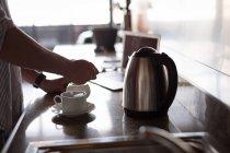 Розділ середині людина приготування кави на кухні в домашніх умовах — стокове фото