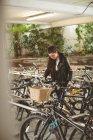 Красивая женщина паркует свой велосипед — стоковое фото