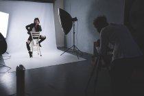 Женщина позирует для фотосессии в фотостудии — стоковое фото