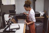 Fotógrafa desarrollando fotos en estudio fotográfico - foto de stock