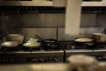 Comida que se prepara en cocina de restaurante - foto de stock