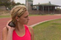Athlète, pratiquant le lancer du poids au lieu de rendez-vous sportifs — Photo de stock