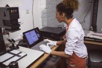 Female photographer developing photos in photo studio — Stock Photo