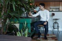Aufmerksamen Mann mit Laptop zu Hause — Stockfoto