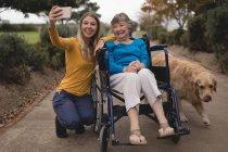 Прекрасні внучки і бабуся, взявши на selfie на мобільний телефон — стокове фото
