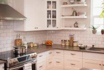 Интерьер дома модульные кухни — стоковое фото