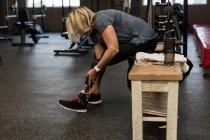 Mulher com deficiência com perna protética no ginásio — Fotografia de Stock